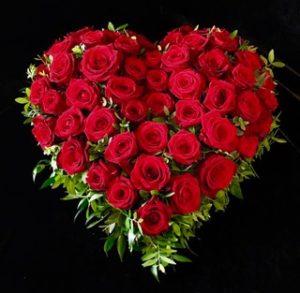 Friedhof Mering: Trauerherz mit roten Rosen